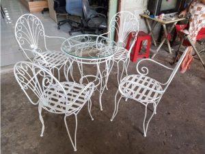 Bộ bàn 4 ghế khung sắt màu trắng giá rẻ